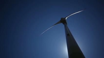 Wind Turbine mit blauem Himmel und Sonne