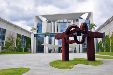 Berlin - Kanzleramt mit Skulptur