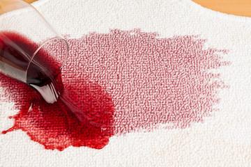 Rotwein wird ausgeschüttet