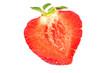 frische Erdbeere, halbiert; freigestellt vor weiß