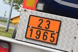 Fototapety Gefahrentafel mit Gefahrnummer 23 | UN-Nummer 1965 >>> KOHLENWASSERSTOFF- GAS, GEMISCH, VERFLÜSSIGT, N.A.G.