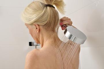 Seniorin unter der Dusche