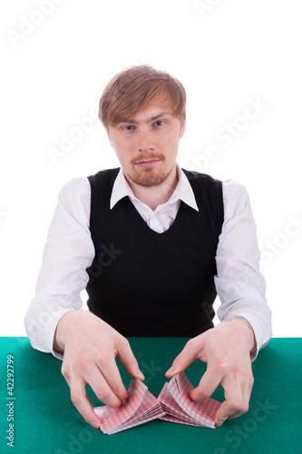 Der junge Mann spielt Poker