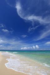 美しいビーチに打ち寄せる真っ白な波