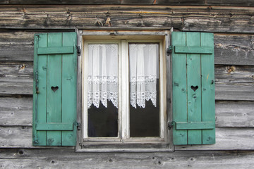 Fenster einer Berghütte in Südtirol, Italien
