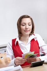 Geschäftsfrau zählt Geld