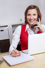 Frau bearbeitet Hotline-Anruf