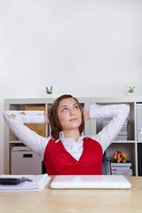 Entspannte Frau schaut nachdenklich nach oben