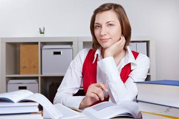 Frau beim Lernen am Schreibtisch