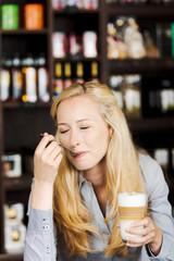 blonde frau genießt latte macchiato