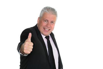 mann mit grauen haaren zeigt daumen hoch