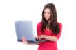 brünette junge frau schaut lächelnd auf ihr laptop