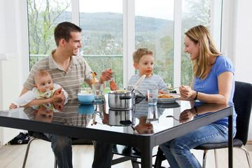 familie zuhause beim essen