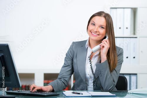 freundliche mitarbeiterin am servicetelefon