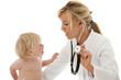 Ärztin erklärt Kleinkind die Untersuchung