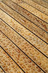 Nasses Holz mit perlenden Wassertropfen Hochformat