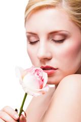 junge attraktive Frau mit Rose