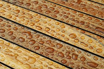 Nasses Holz mit perlenden Wassertropfen Hintergrund