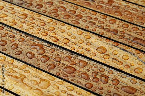 nasses holz mit perlenden wassertropfen hintergrund von montebelli lizenzfreies foto 42340323. Black Bedroom Furniture Sets. Home Design Ideas
