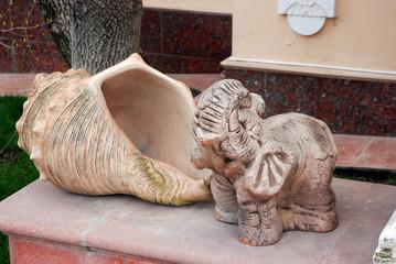 Слон с ракушкой