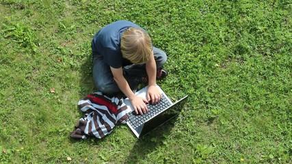 Kind spielt am Laptop