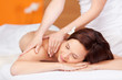 entspannte frau bei der massage
