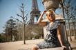 jeune femme assise devant la tour eiffel à Paris