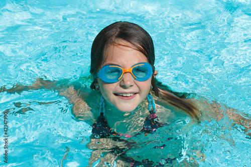 Enfant piscine avec lunettes