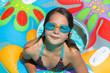 Enfant jouant avec boueé de piscine