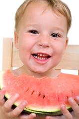Kleiner Junge mit Wassermelone