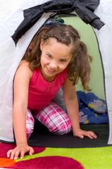 Mädchen spielt im Zelt