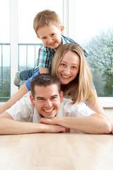 Vergnügte Familie