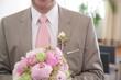 Bräutigam mit Brautstrauß im Standesamt