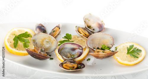 Spaghetti with fresh clams, garlic and parsley