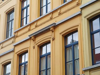 gelbe Altbaufassade