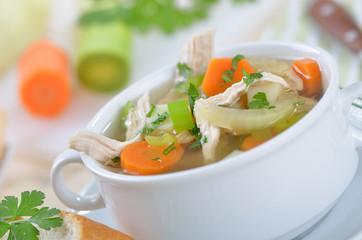 Bunte Gemüsesuppe mit Hühnerfleisch