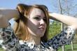 Девушка поправляет волосы