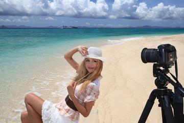 カメラの前でポーズを決める笑顔の女性