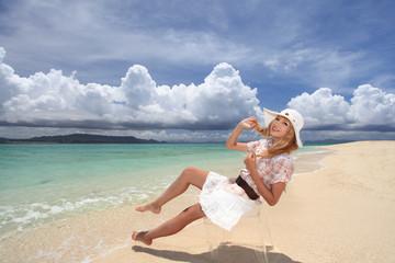夏休みを満喫する女性