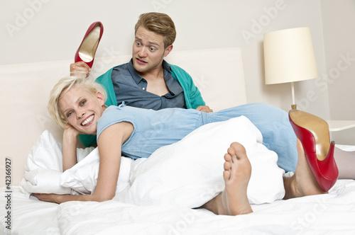 Junges Paar nach Urlaubs-Shopping, Hotel, Schuhkauf