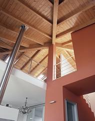 soffitto di legno a vista per una casa con soppalco