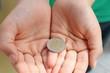 mani con moneta da 2 euro