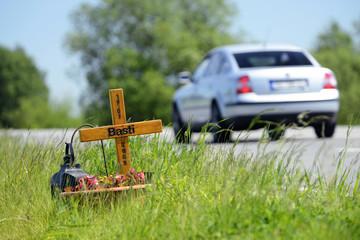 Kreuz für Unfallopfer am Straßenrand