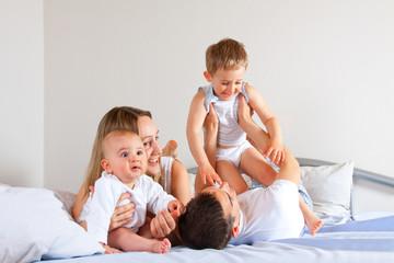 Mit Kindern im Bett toben