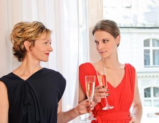 Zwei Frauen genießen Champagner vor Shopping-Tour