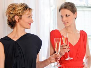 Freundinnen trinken Champagner in Hotelzimmer