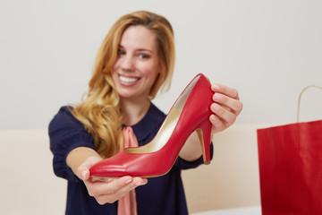 junge Frau hält Schuh