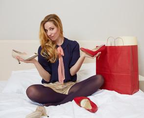 junge Frau mit 2 Schuhen
