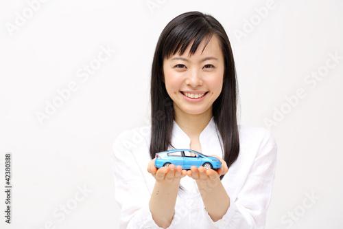 ミニカーを持つ女の子
