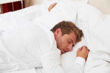 junger Mann schläft